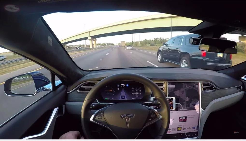 Tesla сообщает о меньшем количестве аварий по причине автопилота в первом квартале